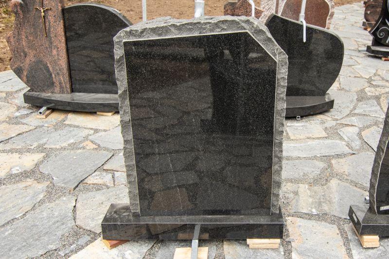 Tamsiai pilko granito paminklas su matiniais kraštais (P1754)