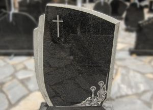 Tamsiai pilko margo granito paminklas su graviruotu kryžiumi ir žvakėmis (P1761)