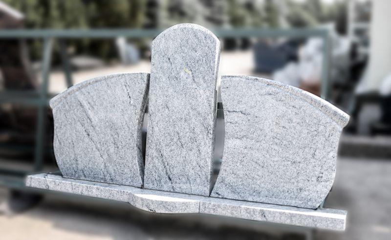 Trijų dalių balto / šviesiai pilko granito paminklas (2047)