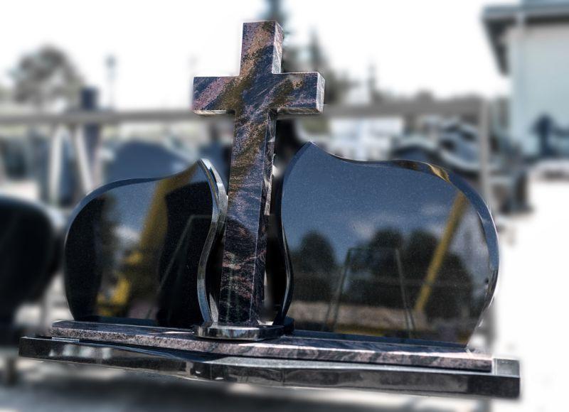 Trijų dalių paminklas su dideliu kryžiumi (2008)