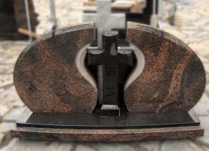 Trijų dalių paminklas su juodu kryžiumi viduryje (VPM03)