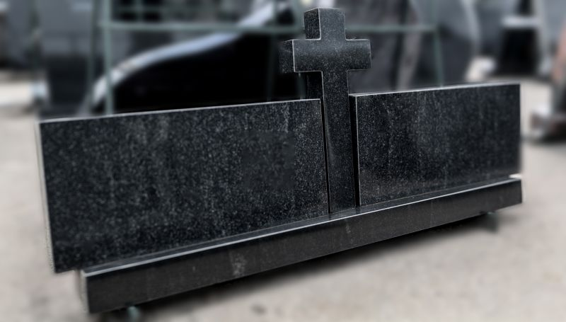 Trijų dalių paminklas su kryžiumi. Juodas (SP564)