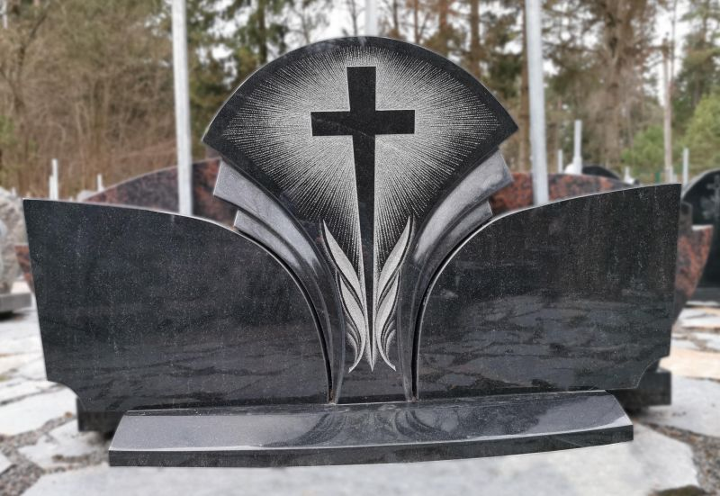 Trijų dalių paminklas su stilizuotu kryžiumi (VPM45)