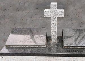Trijų dalių paminklas su šviesaus granito kryžiumi (SP11)