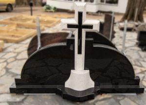 Tryjų dalių paminklas su kryžiumi iš balto ir juodo akmens (KUL5)